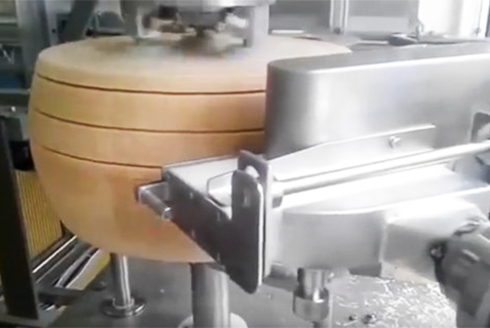 Автоматическая нарезка сырной головки на диски