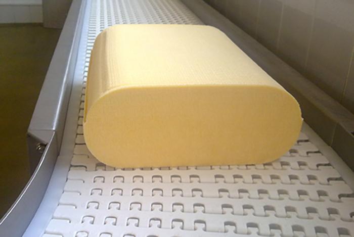 Цилиндрический сыр на производстве