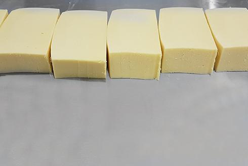 Нарезанный брусок сыра - оборудование для нарезки сыра