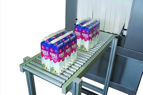 Групповая упаковка коробок молока в пленку