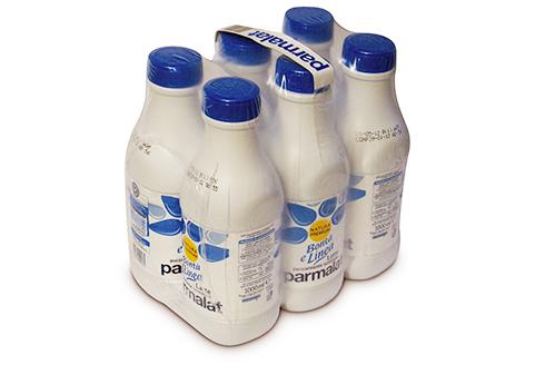 Групповая упаковка ПЭТ-бутылок молока в пленку