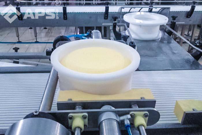 Извлечение сыра из формы - производство твердого сыра
