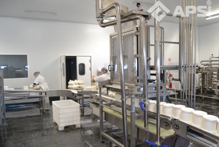 Работа формовочной колонны для сыра на производстве