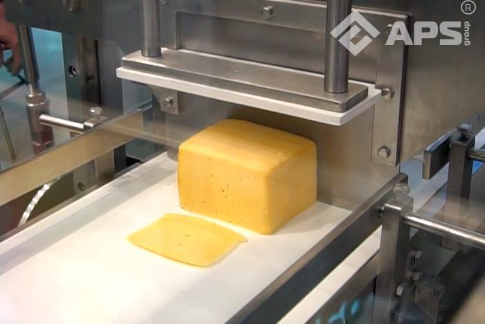 нарезанный брусок сыра