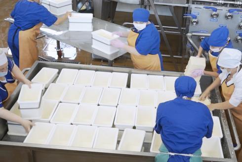 Сырные формы в тележке для сырных форм