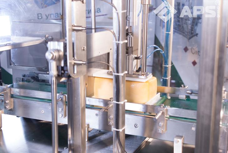 Нарезка бруска сыра на ломтерезке для фиксированного веса